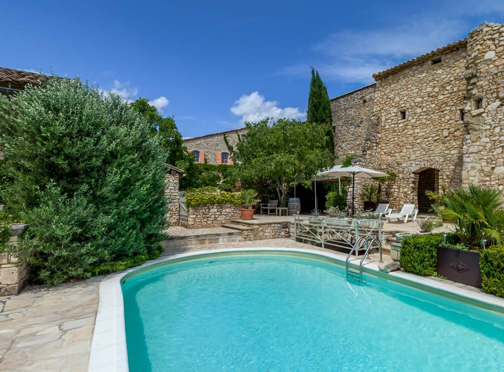 ... Is Ideal For A Soothing Escape Offering The Luxury Of Two Swimming Pools  As Well As A Stunning Panoramic View Over The Valley, Clear To Mount  Ventoux.